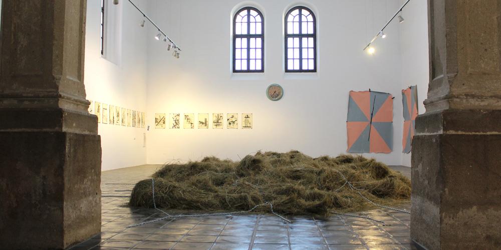 Marek Meduna vábí prostřednictvím voňavého sena a pomocí vystavených artefaktů vtahuje do tajů nejasností