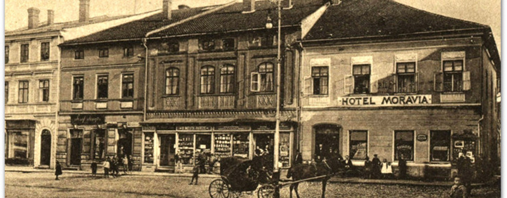 Projekce fotografií z historie Valašského Meziříčí doprovodí výstavu Království z papíru