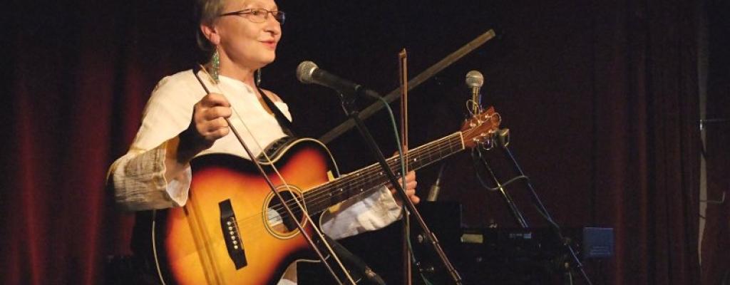 Rebelující dáma české hudby na Malé scéně za oponou