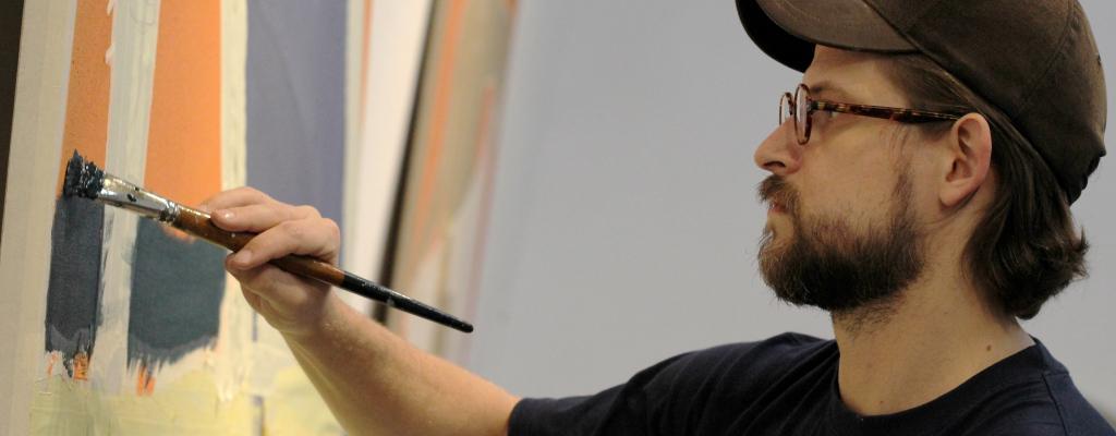 Tadeáš Kotrba vystaví v Galerii Kaple originálně pojatou instalaci sestavenou z obrazů, které vznikaly přímo v galerijním prostředí.