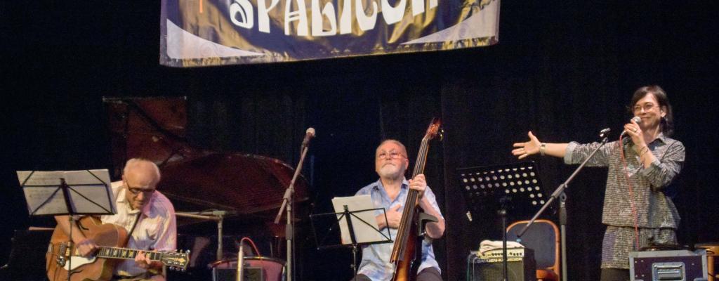 Znamenitě swingující zpěvačka Dáša Ubrová na Malé scéně