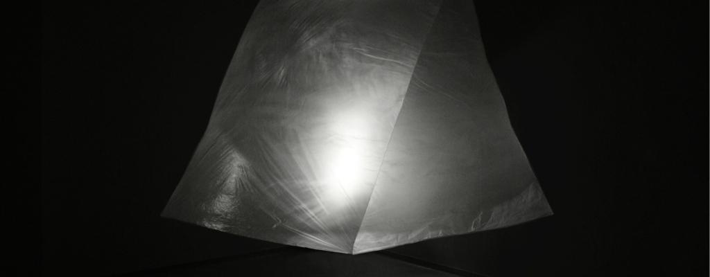 Studenti ateliéru Design skla ze Zlína společně s jeho vedoucím  Petrem Stanickým vystavují v meziříčské Galerii Sýpka