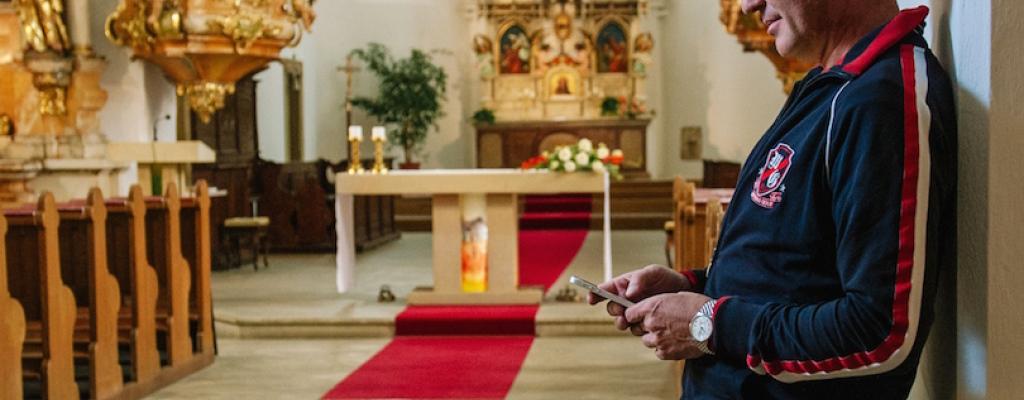 Pohodový kněz z Lanškrouna Zbigniew Czendlik zavítá na Malou scénu za oponou