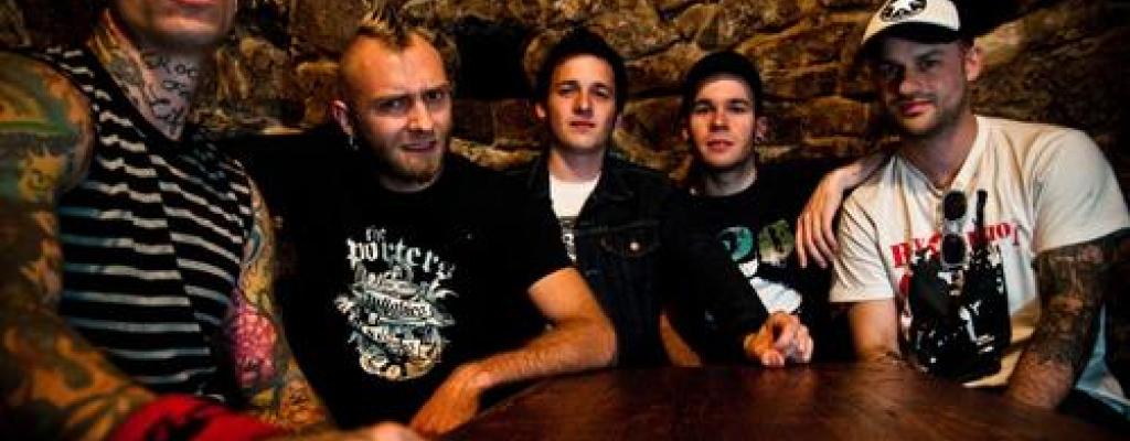 V M-klubu se punkrock potká se skotskými dudy
