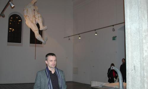 V meziříčské kapli šplhá muž po laně